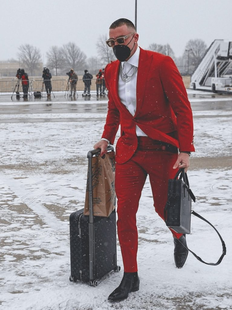 travis-kelce-carrying-his-lv-bags