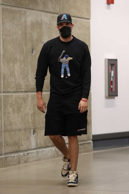 georges-niang-rocking-the-travis-scott-dunks-with-an-old-school-diamondbacks-cap-05-21-21